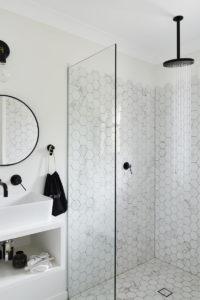 Un baño luminoso con mamparas de vidrio